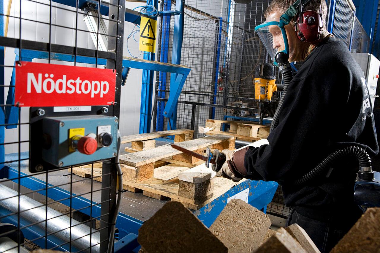 Personal på Norrlandspall reparerar lastpallar.